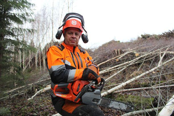 – Jos turvavarusteet ja taidot ovat hallussa, niin voi lähteä töihin, puunkaadon ammattilainen Jouni Toppi tietää.