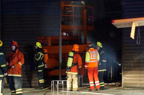 Paikalle lähetettiin lukuisia pelastuslaitoksen yksikköjä ja palo saatiin nopeasti hallintaan.