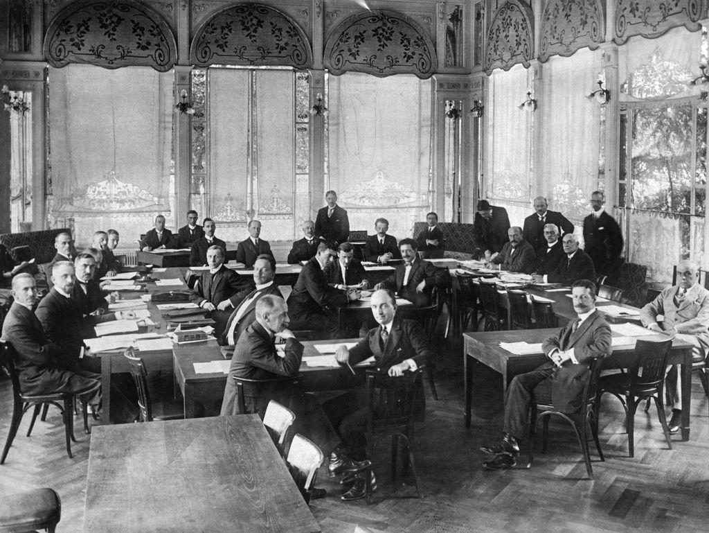 Ahvenanmaan kohtaloa ratkomaan tarvittiin Kansainliiton apua. Kuvassa Ahvenanmaan neutralisoimiskonferenssi Kansainliiton talossa Genevessä, Sveitsissä lokakuussa 1921.