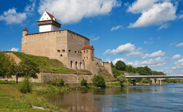 Hermannin linnoitus sijaitsee Narva-joen rannalla.