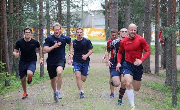 ZSKA:n pelaajat juoksivat mäkeä ylös Ounasvaaran korkeuksissa.