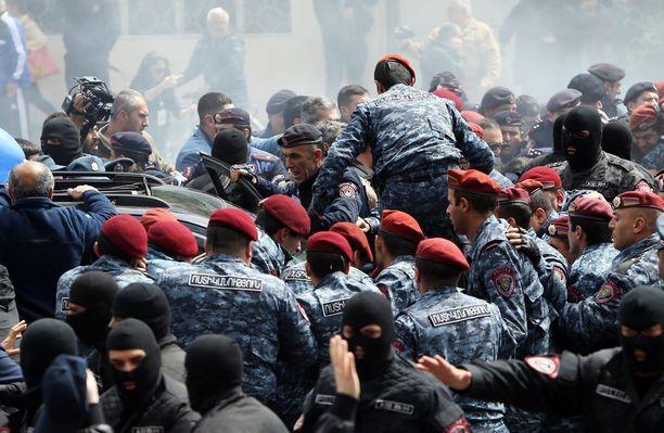 Tilanne Jerevanissa on kiristynyt pääministerin ja oppositiota edustavan Nikol Pashinianin neuvottelujen katkettua.