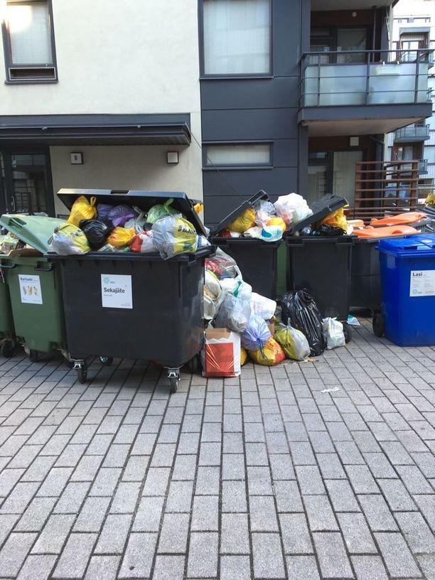 Vuokratalon sisäpihalla Eerikinkadulla roska-astiat pursuavat yli äyräiden. Iltalehteen yhteyttä ottanut asukas on kyllästynyt siivottomuuteen.