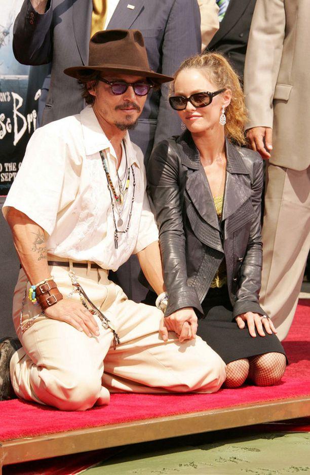 Pariskunta ei ole esiintynyt yhdessä julkisuudessa pitkiin aikoihin. Kuva vuonna 2005 pidetystä tilaisuudesta, jossa Johnny Deppin kädenjäljet ikuistettiin Hollywoodissa.