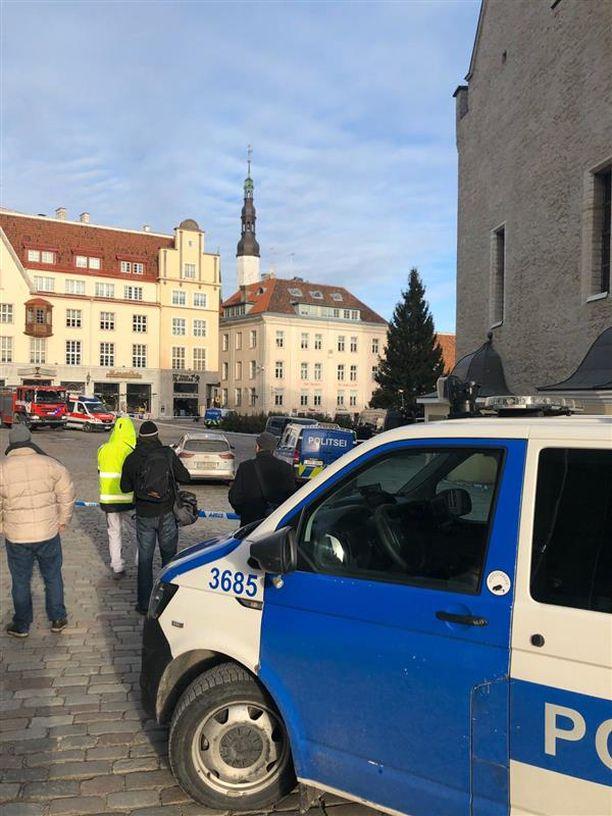 Raatihuoneentori eristettiin Tallinnassa. Kuva otettu hieman ennen kello yhtä perjantaina.