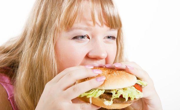 Kaamosmasennuksesta kärsivä henkilö himoitsee erityisesti hiilihydraattipitoisia ruokia.