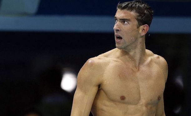 Michael Phelps hämmästeli tuloksia.