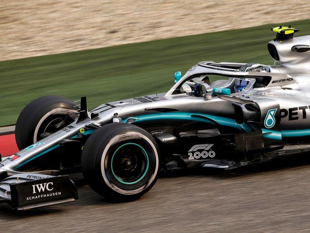 Mercedeksen autojen etusiipiä piti hieman viilata perjantain harjoitusten jälkeen, ja nyt ne täyttävät FIAn vaatimukset.
