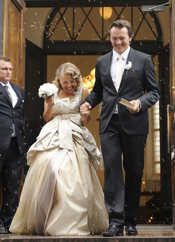 Marita Taavitsainen eteni nopeasti, kun tunsi viimeinkin löytäneensä rinnalleen miehen, johon haluaa sitoutua avioliiton sitein. Maritan ja Tomi Natrin häitä juhlittiin morsiamen 40-vuotissyntymäpäivänä 2008.