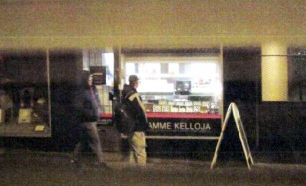 Kello 16:50. Poliisi kuvaa, kun ryöstäjät odottavat sopivaa hetkeä kohteen edustalla.