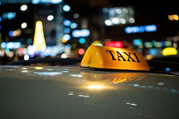 Tolpalta lähteneen raskaan taksi-mersun pyörät rusensivat pahoin asfaltilla maanneen miehen. (Kuvituskuva)