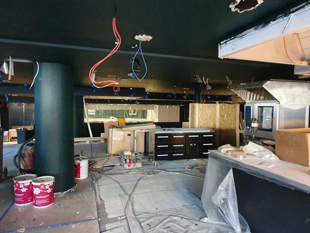 Kuusi palaa -ravintolan sali näytti vielä toukokuun alussa tältä. Kesäkuun 3. päivä myös ravintolan ovet avautuvat.