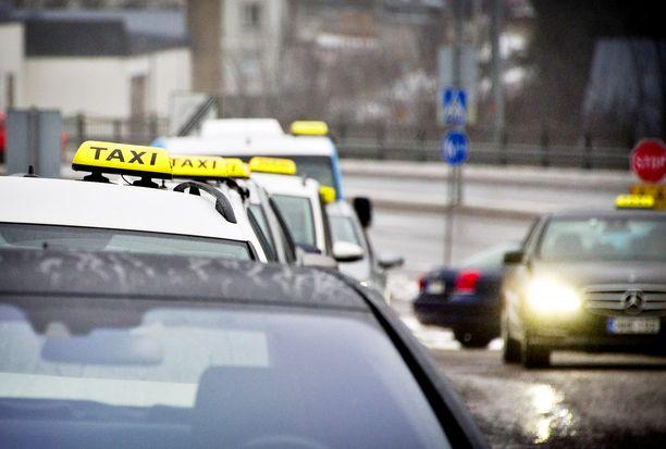 Taksia ei enää välttämättä tunnista taksi-kyltistä katolla. Lakiuudistusten myötä taksin valinnassa kannattaa olla tarkkana, muistuttavat taksiyrittäjät.