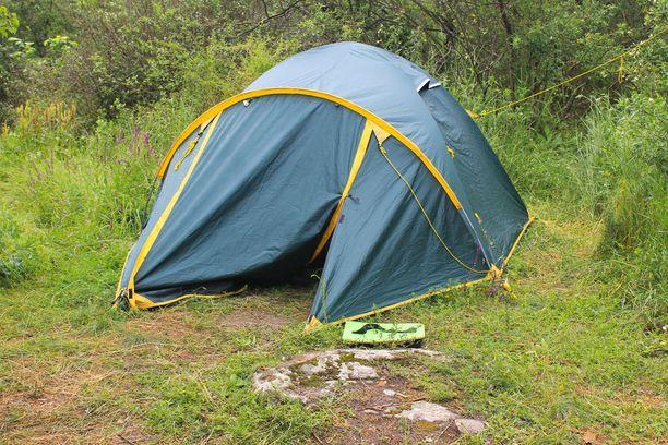 Nainen menehtyi vammoihinsa toukokuussa kuristuttuaan teltan naruihin. Kuvituskuva. Kuvan teltta ei välttämättä vastaa jutun tapahtumissa käsiteltyä telttaa.