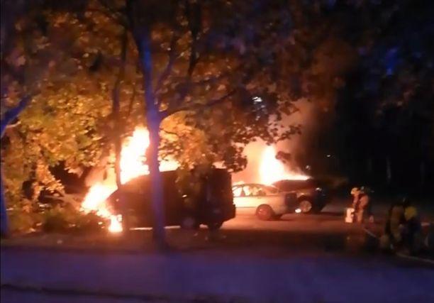 Poliisin mukaan autoja palaa kahdessa eri paikassa.