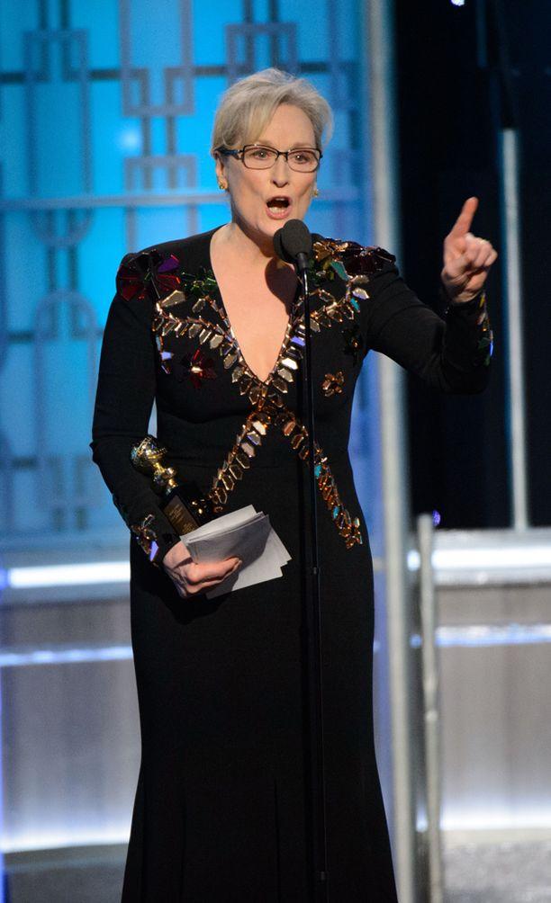 Palkittu näyttelijä Meryl Streep sai valtavat suosionosoitukset yleisöltä puolustettuaan ulkomaalaisia ja toimittajia puheessaan.