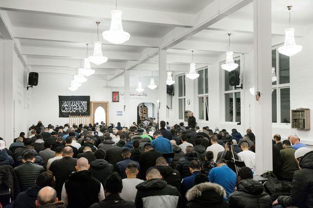 Imaami saarnasi Masjud Al-Faruqin moskeijassa.