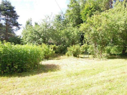 Upea puutarha ympäröi vuonna 1920 rakennettua, historiaa nähnyttä mökkiä.