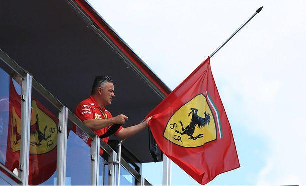 Ferrari-lippu on puolitangossa Hungaroringin radalla.
