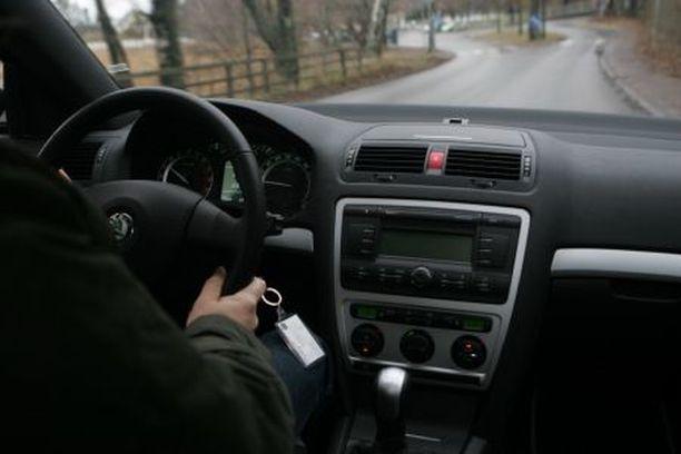 Octavia RS:n koetaulu on tuttu halvemmista Skodista. Toimii siis, mutta vähän on harmaan muovista.