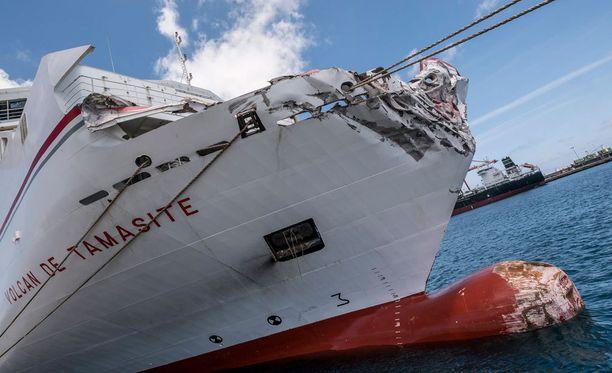 Laivan keula ruhjoutui törmäyksessä pahoin.