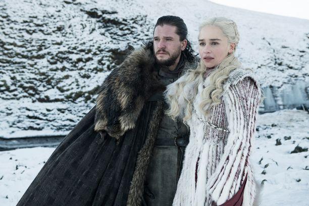 Daenerys ja Jon Nietos matkustavat yhdessä Talvivaaraan. Talvi on tullut.