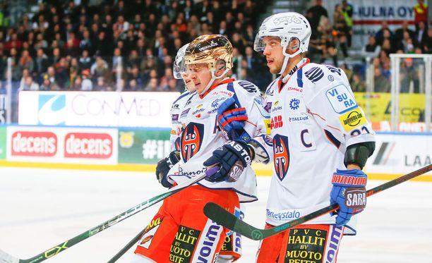 Kristian Kuusela jouduttiin taluttamaan jäältä Antti Tyrväisen sikailun jälkeen.