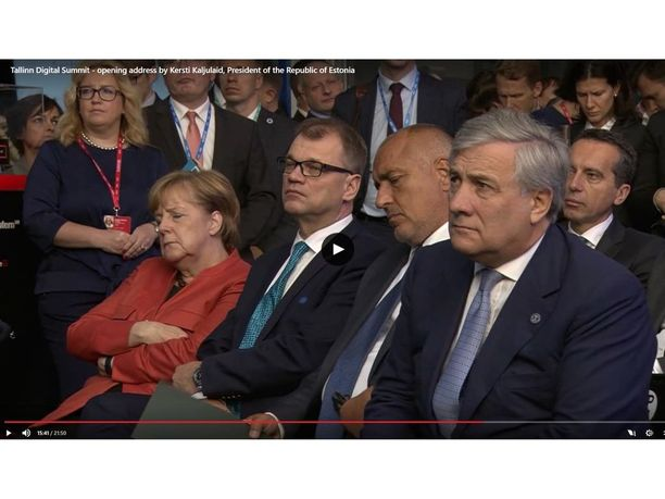Angela Merkel torkahti useaan otteeseen tilaisuuden avajaispuheen aikana. Myös Suomen ja Bulgarian pääministereillä oli vaikeuksia pysyä virkeinä.