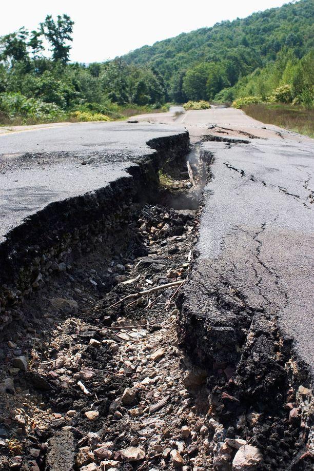 Yhdysvalloissa sijaitsevan Centralian alla on vuosikymmenien alan palanut tuli. Sen voima on repinyt asfaltin railoille.