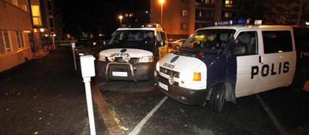 Hälytysajoneuvot kerääntyivät lauantai-iltana surmapaikalle Oulun Nummikadulle.