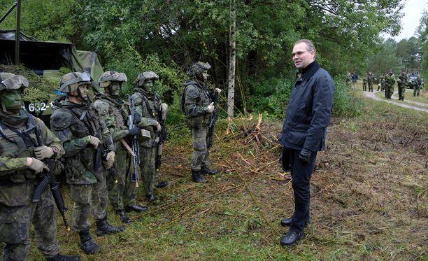 Puolustusministeri Jussi Niinistö pitää nykyisen siviilipalveluksen ongelmana, että se tarjoaa rajoittamattoman mahdollisuuden asepalveluksesta kieltäytymiseen myös silloin, kun asevelvollisia tarvittaisiin tosi toimiin.
