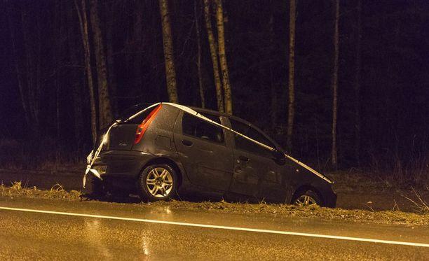 Fiat-merkkinen auto päätyi lopulta ojaan.