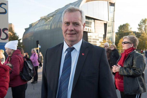 - Hallitus kertoo auttavansa pieni- ja keskituloisia ja kutsuu rikkaita mukaan hyväntekeväisyyteen, mutta ei tahdo käyttää verotusta oikeudenmukaistavana keinona, totesi SuPerin mielenosoituksessa vieraillut Antti Rinne.