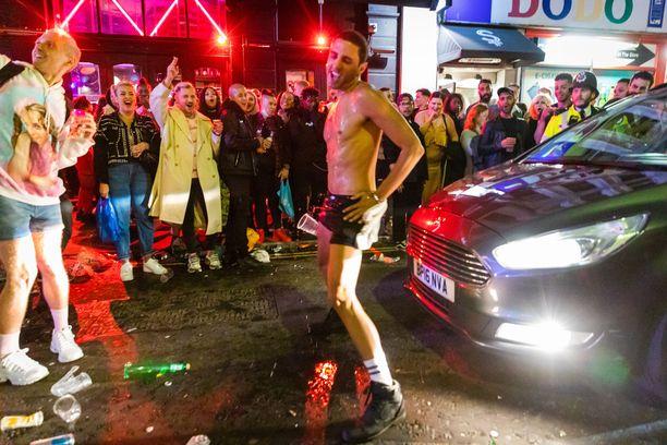 Osalla juhlijoista lähti niin sanotusti mopo keulimaan Lontoon Sohossa lauantaina pubien auetessa kuukausien tauon jälkeen.