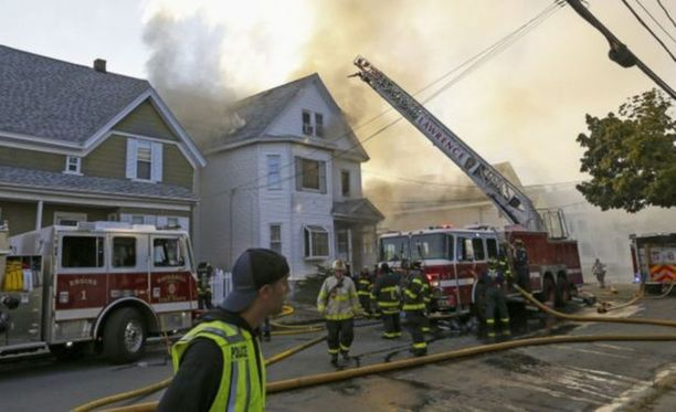 Ihmisiä on jouduttu evakuoimaan kodeistaan Bostonissa epäiltyjen kaasuräjähdysten takia, kertoo uutistoimisto Reuters.
