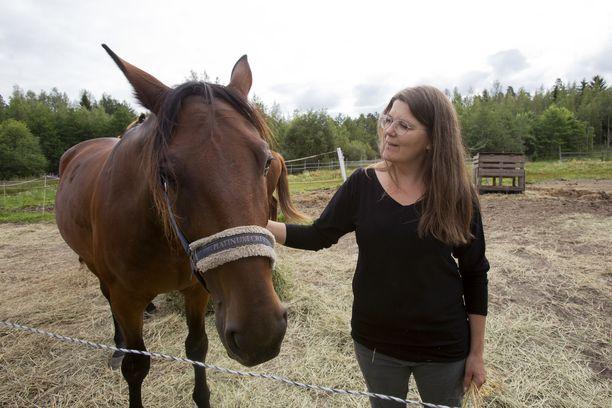 Minna Höltällä on kotonaan sekä omia lemmikkejä että eläimiä, jotka etsivät uutta kotia. Omiin eläimiin kuuluu muun muassa Vinse-hevonen.