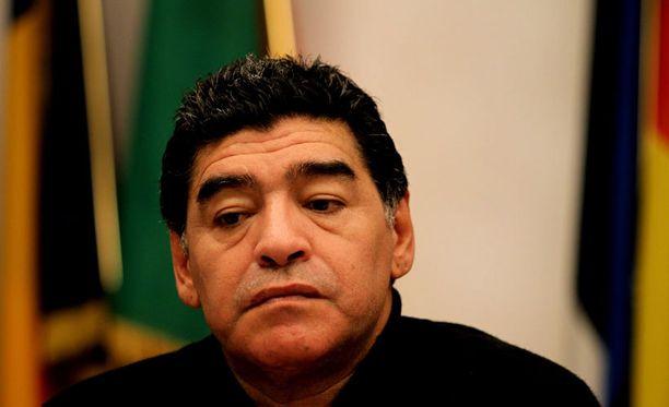 Diego Maradona viihtyy itseään nuoremmassa seurassa.