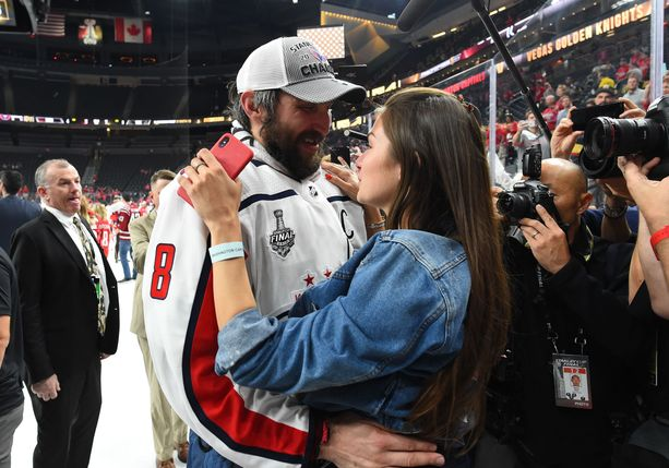 Aleksandr Ovetshkin ja Anastasija vaimo pääsivät juhllimaan Stanley Cupia vuosi sitten.