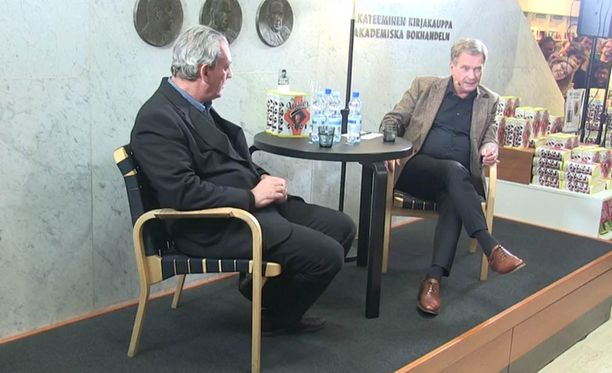 Presidentti Sauli Niinistö haastattelee Akateemisessa kirjakaupassa Paul Austeria.