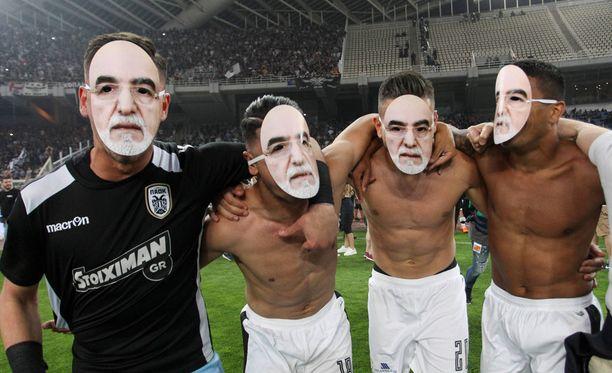 Paokin pelaajat laittoivat cupin voiton ratkettua seuran omistajan Ivan Savvidisin kuvasta tehdyt naamarit päähänsä.