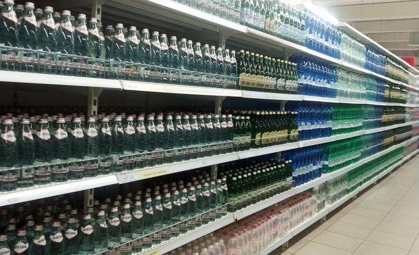 Vettä saa ostaa vain kymmenen pulloa per henkilö.