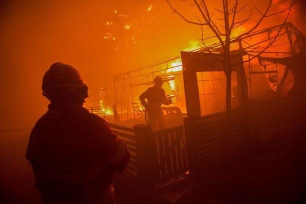 Tulipalo riehui leirintäalueella Praia da Vieirassa Portugalissa.