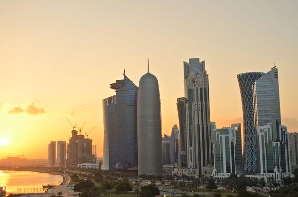 Qatarin pääkaupunki Dohan pilvenpiirtäjärivistö kuvattuna auringonlaskun aikaan.