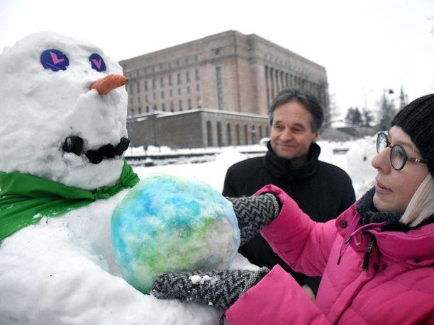 Vasemmistoliiton Kari Uotila ja Aino-Kaisa Pekonen laittoivat lumiukkonsa syliin maapallon.