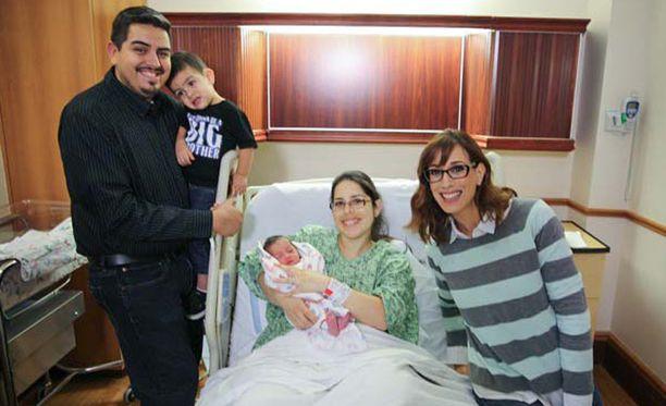 Fernandolla ja Rachelilla oli jo entuudestaan vajaa parivuotias poika. Nyt hän saa pikkuveljen. Oikealla juontaja Lisa Arch.