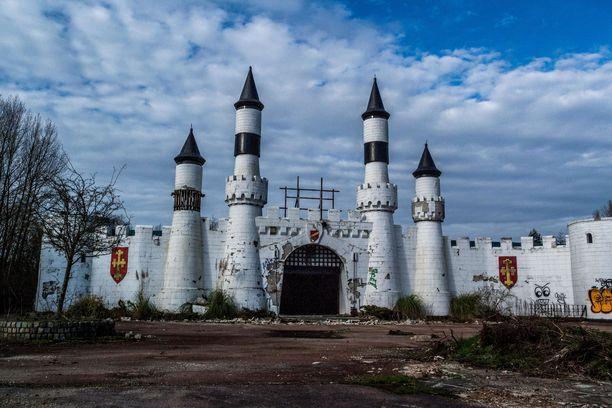 Camelot-puiston linnamaisen portin seinät murenevat.
