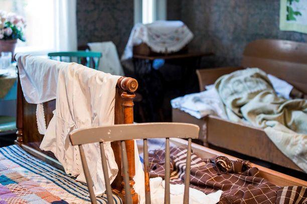 Koko perhe asui yhdessä pienessä huoneessa. Asunto saattoi näyttää aamusta tältä, kun kokoontaitettavia tai levitettäviä vuoteita ei oltu vielä kasattu.