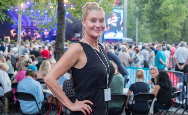 Annika Metsäketo juontaa SMORK-tanssiorkesterikilpailua.