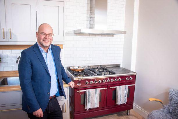 Jari Ahlqvist valitsi kotiinsa Ilven kaasulieden, sillä se sopii talon henkeen. Keittiö on täysin moderni.