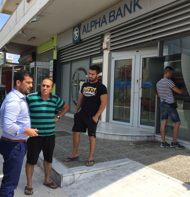 Kissamoksen kaupungin pankkiautomaatilla oli jonoa. Automaateista ei sunnuntaina saanut rahaa nostettua.